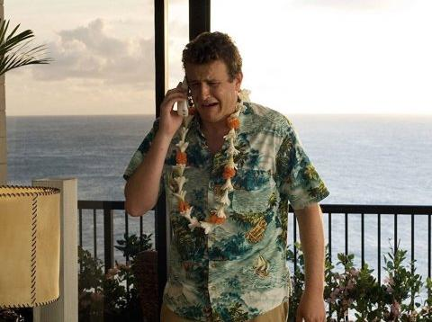 Un hombre que parece estar de vacaciones llora al teléfono