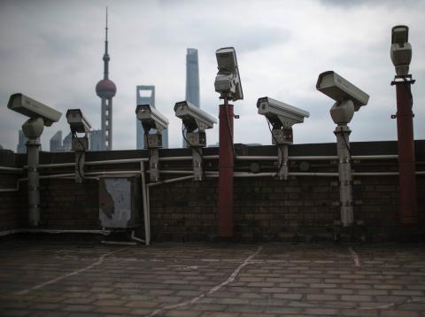 Cámaras de vigilancia en una azotea.