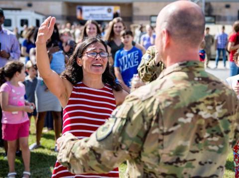 Claudia recibe a su marido, el teniente coronel de los Estados Unidos Gary Simon, a su retorno a casa