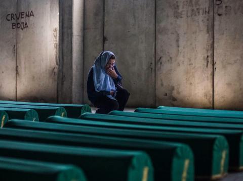 Una mujer llora, en 2017, tras la identificación de nuevas víctimas de la matanza de Srebrenica de 1995
