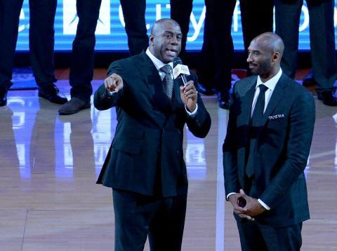 Kobre Bryant junto a Magic Johnson durante el homenaje de los Lakers al primero.