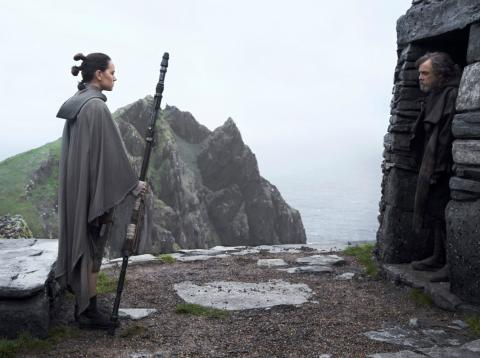 Rey frente a Luke Skywalker en un fotograma de 'Los últimos jedi'