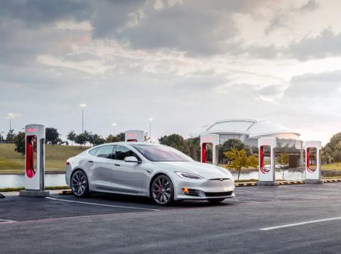 Una estación de recarga de vehículos eléctricos de Tesla