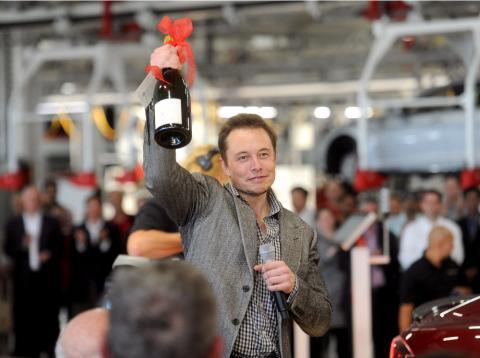 El fundador de Tesla, Elon Musk, celebrando