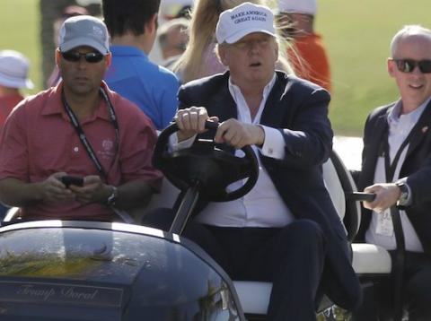 El presidente de Estados Unidos, Donald Trump, conduce un carrito de golf