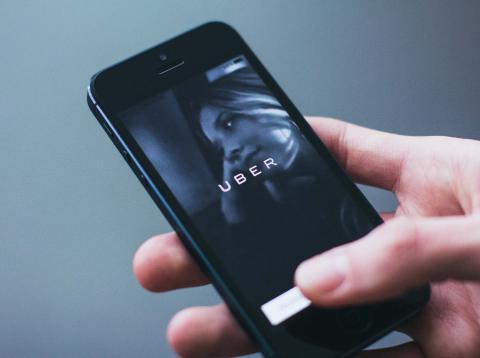 Un usuario utiliza la app de Uber.