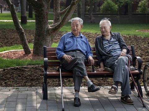 Dos ancianos descansan en un parque