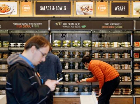 Tres personas compran productos en la nueva tienda sin cajas de Amazon, Amazon Go