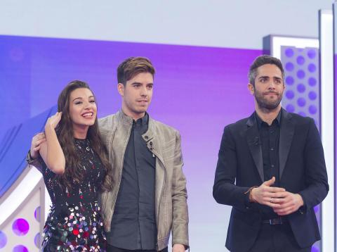 Ana Guerra y Roi, nominados en la Gala 10 de 'OT 2017', junto al presentador, Roberto Leal.