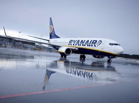 Un avión de Ryanair en la pista de un aeropuerto.