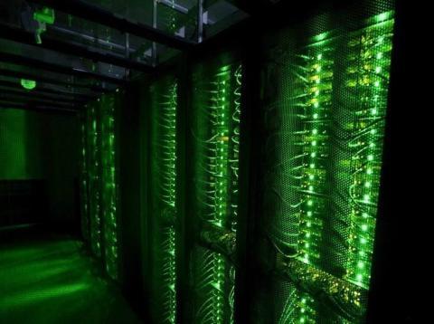 Servidores en funcionamiento dentro de un centro de datos