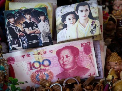 Varios billetes chinos en un mercado del país.