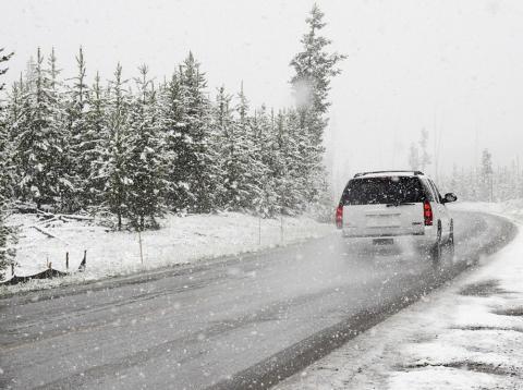 Coche circulando en la nieve