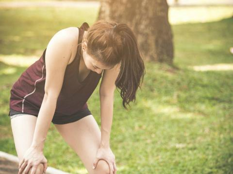 Una mujer estira después de hacer deporte