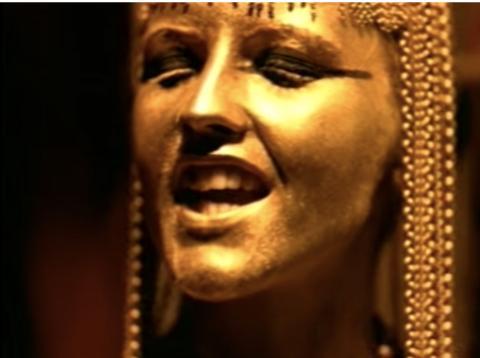 Dolores O'Riordan, de The Cranberries, en el videoclip de Zombie.