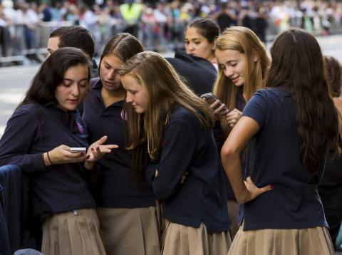 Escolares usan su móvil