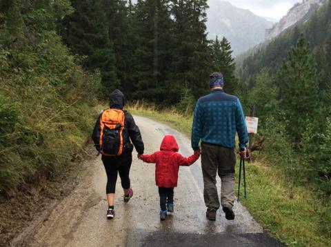 Una familia paseando por el campo.