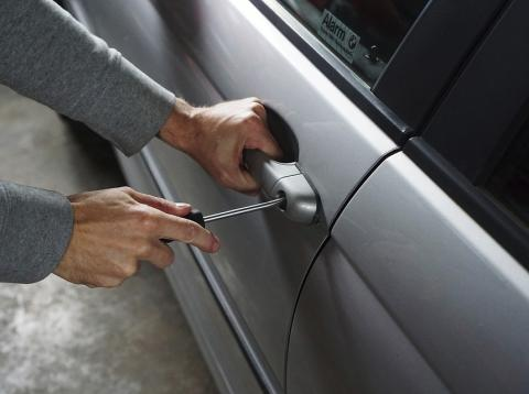 Forzando la cerradura en un coche