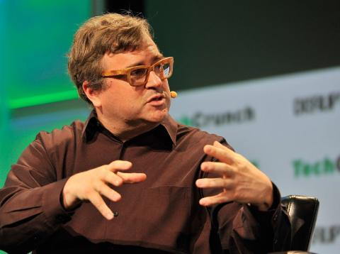 El fundador de LinkedIn Reid Hoffman interviene durante una charla sobre tecnología.