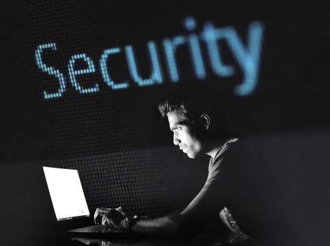 Hacker pirateando un ordenador