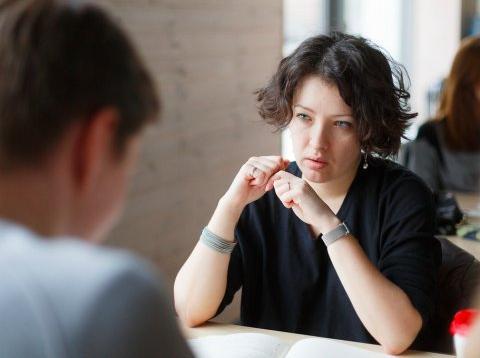 Una jefa habla con un empleado.