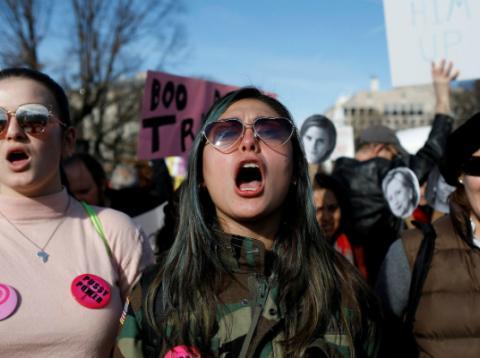 Manifestantes participan en la segunda Marcha de las Mujeres frente a la Casa Blanca en Washington