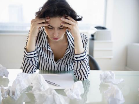 Mujer preocupada en el trabajo