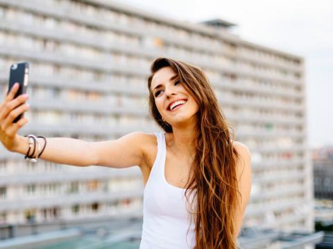 Una persona se hace un 'selfie' con la ciudad de fondo