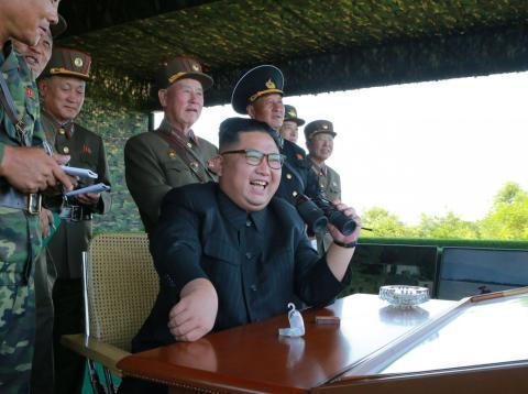 El líder de Corea del Norte asiste a un lanzamiento de prueba de un misil intercontinental.