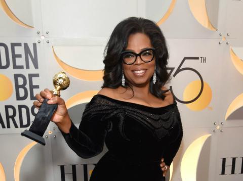 Oprah Winfrey posa vestida de negro y con su premio Cecil B. de Mille en los Globos de Oro de 2018.