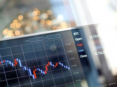 Pantalla con gráficos de cotización de divisas