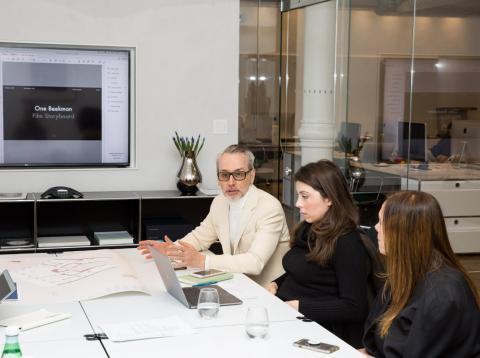 El agente inmobiliario Leonard Steinberg en su oficina
