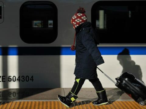 Una viajera a punto de coger el tren para reunirse con su familia durante el Año Nuevo Chino 2018.