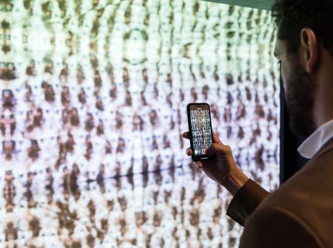 Un visitante de ARCO 2018 toma una foto a la obra 'Hell's gate' de Arturo Garrido.