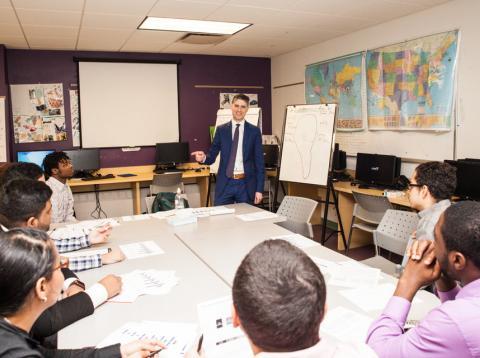 Un asesor financiero imparte clases a un grupo de estudiantes