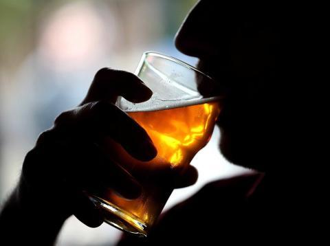 Hombre bebiendo una cerveza.