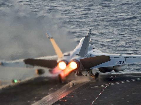 Un caza de combate F18 Super Hornet despegua de un portaaviones de la Marina de Estados Unidos.