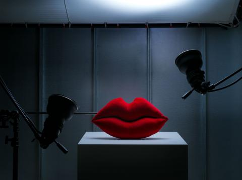 Colección de cojines con forma de labios de Bea Akerlund, en la colección Omedelbar de Ikea