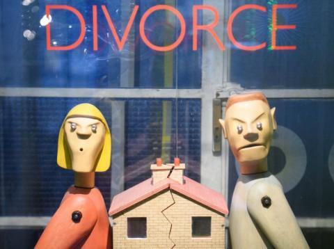 Una casa partida por la mitad para representar un divorcio