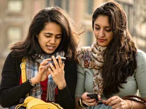 Dos mujeres con smartphones.