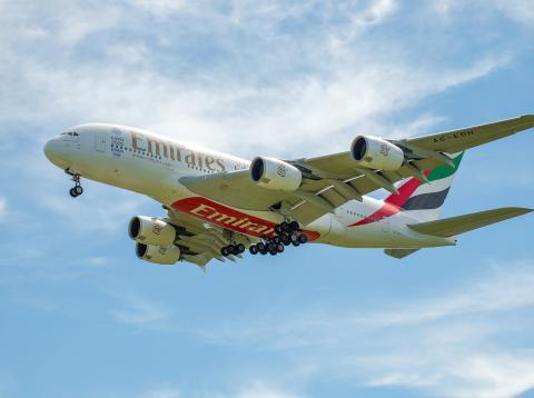 Emirates desaloja a una mujer por dolores menstruales