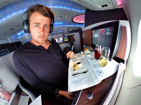 Hombre sentado en primera clase de un avión