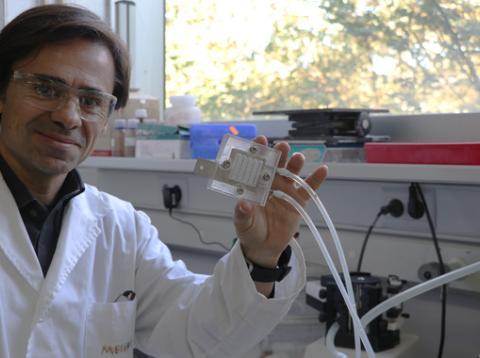 El investigador Ricard Garcia-Valls muestra el dispositivo que captura CO2 y genera metanol y otros productos.