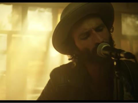 Leiva en el videoclip de 'La Llamada'.