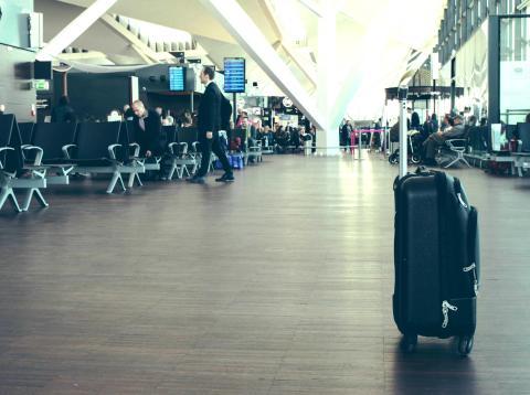 Una maleta en un aeropuerto