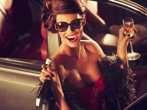 Mujer descorchando champán