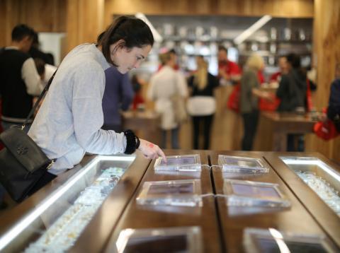 Una mujer examina productos cannábicos en la tienda MedMen de West Hollywood, en California, el 2 de enero de 2018.