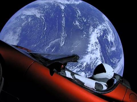 Starman y el Tesla Roadster viajan por el espacio.