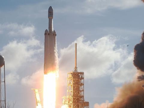 Despegue del cohete Falcon Heavy de Space X de la plataforma de lanzamiento 39A en el Centro Espacial Kennedy el 6 de febrero de 2018 en cabo Cañaveral, Florida.