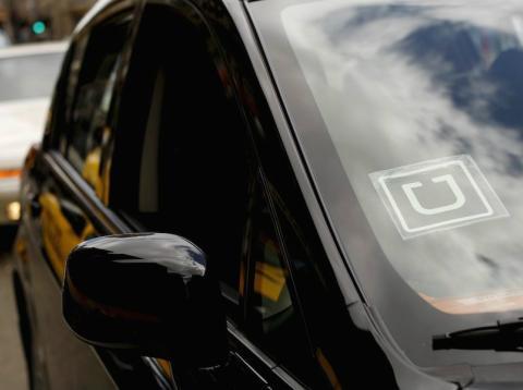 Un vehículo de Uber circula por las calles